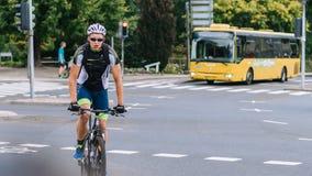 VIBORG, DINAMARCA - 14 DE AGOSTO DE 2016: Um ciclismo não identificado do homem imagens de stock