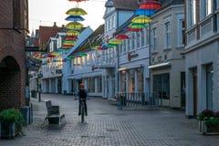 VIBORG, DINAMARCA - 18 DE SETEMBRO DE 2016: Uma criança em uma bicicleta em Viborg foto de stock