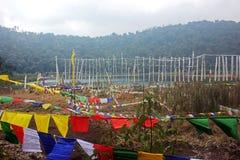 Vibração das bandeiras da oração no lago Khecheopalri em Sikkim Imagem de Stock
