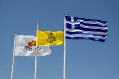 Vibração nas bandeiras do vento de Chipre e de Grécia contra o s Imagem de Stock