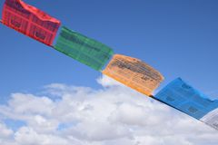 Vibração tibetana das bandeiras da oração no vento Imagens de Stock Royalty Free