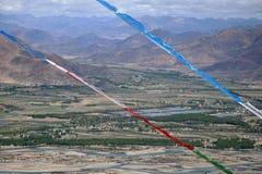 Vibração tibetana das bandeiras da oração no vento Himalayas no fundo Imagem de Stock
