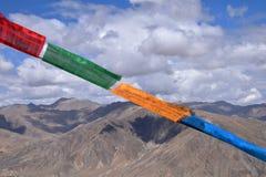 Vibração tibetana das bandeiras da oração no vento Himalayas no fundo Fotografia de Stock Royalty Free
