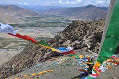 Vibração tibetana das bandeiras da oração no vento Himalayas no fundo Foto de Stock Royalty Free