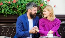 Vibrações da manhã no café Pares no amor na data romântica Café farpado brutal da bebida do moderno e da menina Primeiramente reu foto de stock