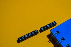 Vibrações do verão em blocos de madeira conceito do negócio no fundo alaranjado fotos de stock