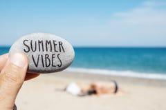 Vibrações do verão do texto em uma pedra na praia fotos de stock