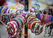 Vibrant handcraft les bracelets à un marché occupé photographie stock libre de droits