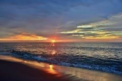 Vibrantly Barwiony wschód słońca przy brzeg Obraz Stock