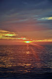Vibrantly Barwiony wschód słońca przy brzeg Fotografia Royalty Free