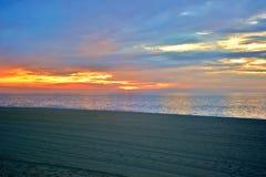 Vibrantly Barwiony wschód słońca przy brzeg Obrazy Stock