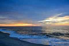 Vibrantly Barwiony wschód słońca przy brzeg Zdjęcie Royalty Free