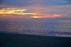 Vibrantly Barwiony wschód słońca przy brzeg Zdjęcia Stock
