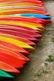 Vibrantly färgglade kajaker i Benodet Royaltyfria Bilder