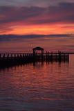 Vibrantly kulör solnedgång över fjärden Arkivbild