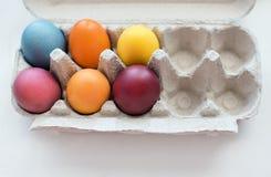 Vibraphone de Pâques Vue supérieure des oeufs colorés d'ester dans le conteneur de papier photographie stock libre de droits