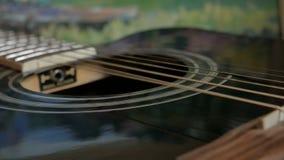 Vibration des ficelles sur une guitare acoustique banque de vidéos