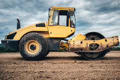 Vibratory Compactor почвы во время конструкции шоссе Промышленные дорожные работы Стоковое Фото