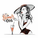 Vibrazioni di estate iscrizione La ragazza nel cappello e nel costume da bagno vacanza Posizione di modello illustrazione vettoriale