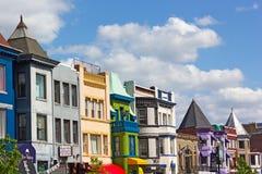 Vibrerande byggnadsfärger av shoppar och eateries i den Adams Morgan grannskapen Royaltyfri Bild