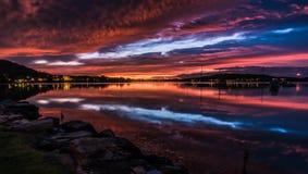 Vibrerande Dawn Waterscape över fjärden royaltyfri fotografi
