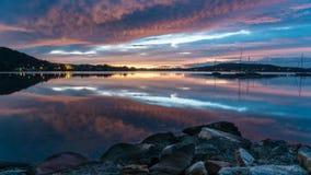 Vibrerande Dawn Waterscape över fjärden royaltyfri bild