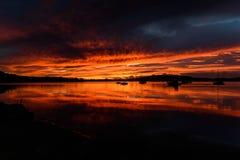 Vibrerande Dawn Waterscape över fjärden i rött royaltyfria foton