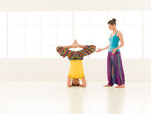 Vibrerande färg för yogapartneridrottshall royaltyfria bilder