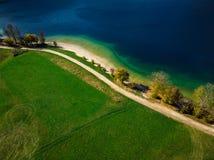 Vibrerande färger av naturen på Bohijn sjön i Slovenien, surrsikt från över royaltyfri fotografi