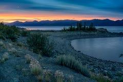 Vibrerande färger av sommarsolnedgången på sjön Royaltyfri Foto