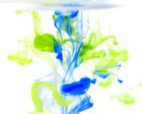 Vibrerande färgfärgstänk i vatten Arkivbild