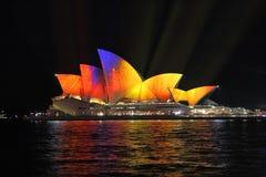 Vibrerande flyttningfärg på Sydney Opera House under livliga Sydney Arkivfoto