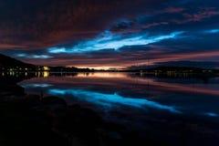 Vibrerande gryning Waterscape över fjärden arkivbilder