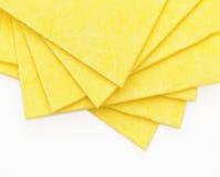 Vibrerande gula torkdukekökservetter på vit Royaltyfri Foto