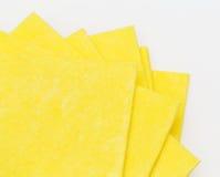 Vibrerande gula torkdukekökservetter på vit Royaltyfria Bilder