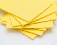 Vibrerande gula torkdukekökservetter på vit Fotografering för Bildbyråer
