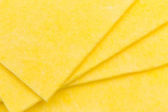 Vibrerande gula torkdukekökservetter på vit Arkivfoton