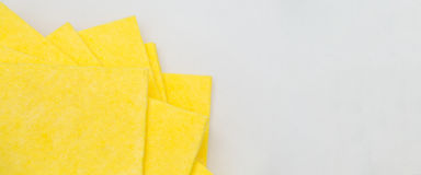 Vibrerande gula torkdukekökservetter på vit Royaltyfria Foton