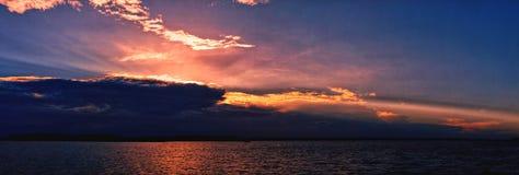 Vibrerande havsolnedgångseascape till och med molnet och med vattenrefle Arkivfoton