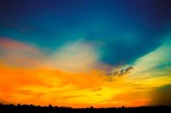 Vibrerande himmel efter solnedgång royaltyfri fotografi