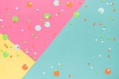 Vibrerande konfettier på mångfärgad bakgrund arkivfoto