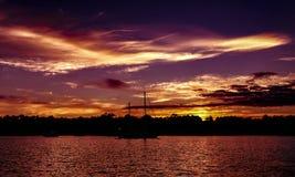 Vibrerande kulör molnig solnedgångseascape Kust- Australien royaltyfri foto