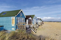 Vibrerande lyxiga strandkojor på Mudeford spottar Royaltyfri Fotografi