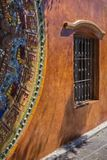 Vibrerande mosaik och fönster i mexicanskt solljus arkivbild