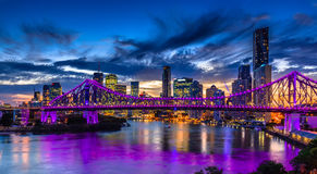 Vibrerande nattetidpanorama av den Brisbane staden med purpurfärgade ljus Royaltyfri Fotografi