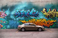 Vibrerande och härliga grafitti på väggarna av en parkeringsplats in royaltyfri fotografi