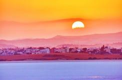 Vibrerande och mjukna sikten av den trevliga solnedgången över den torra salta sjön i Cyp arkivfoto