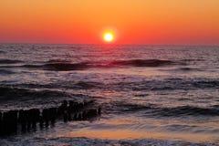 vibrerande orange solnedgång för hav Royaltyfri Bild