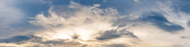 Vibrerande panoramasolnedgånghimmel på skymningtid Royaltyfria Foton