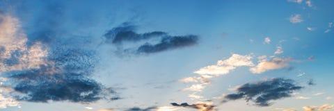Vibrerande panoramasolnedgånghimmel på skymningtid Fotografering för Bildbyråer